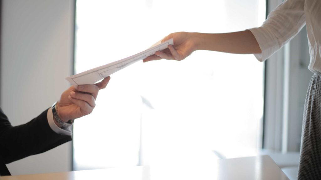 Люди передают друг другу документы