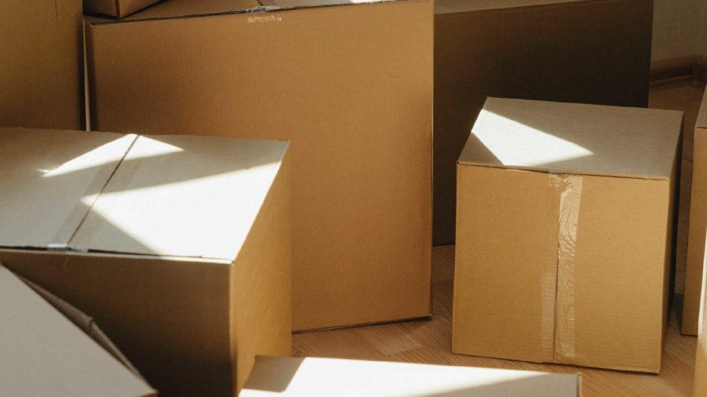 Много коробок для переезда на полу