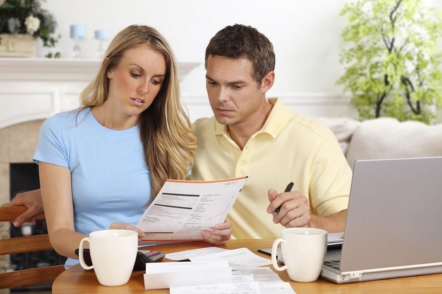 Муж и жена планируют семейный бюджет