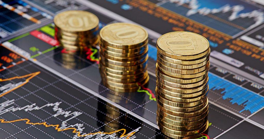 Деньги на фоне графиков и диаграмм.