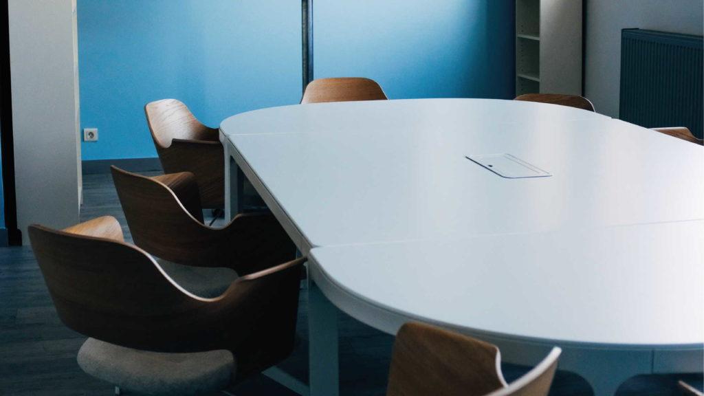 Пустой стол, вокруг которого стоят стулья