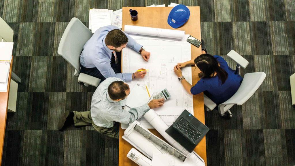 Работники сидят за столом
