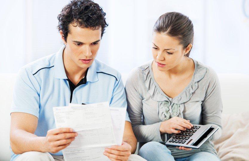 Семейная пара планирует свои расходы