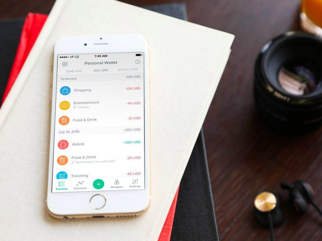 Телефон с программой по подчету доходов и расходов