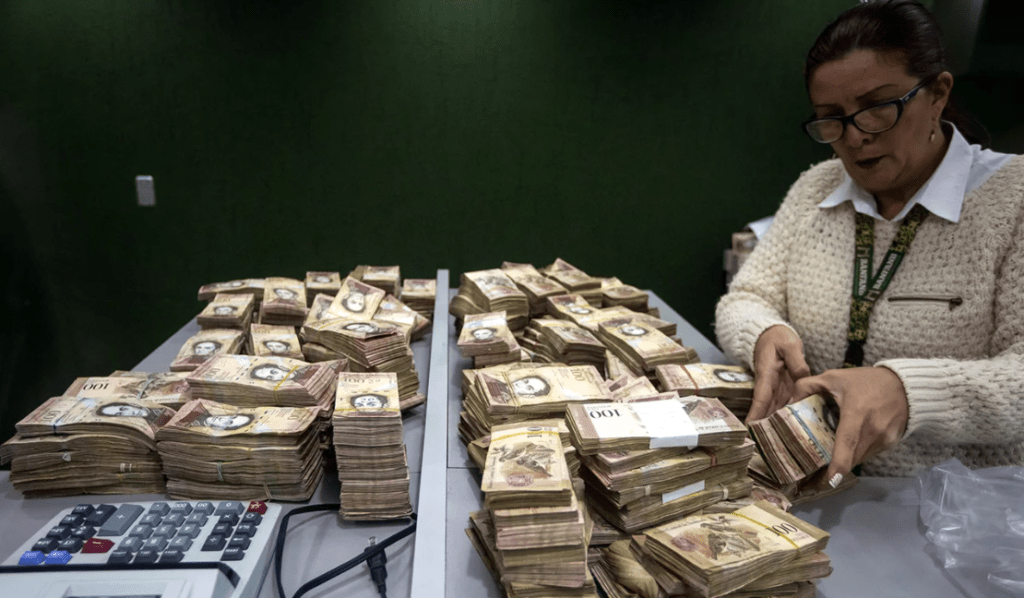 Женщина считает крупную сумму денег.