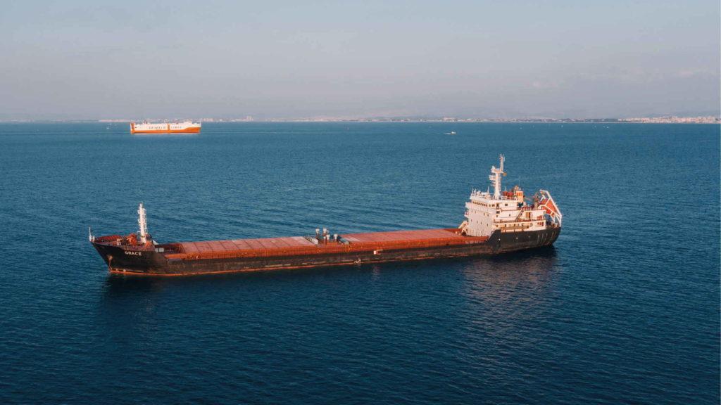 Грузовой корабль идет по морю
