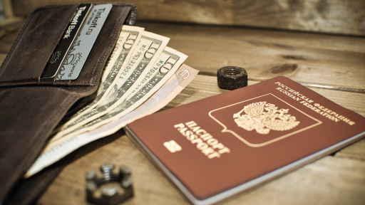Кошелек с деньгами лежит с российским паспортом