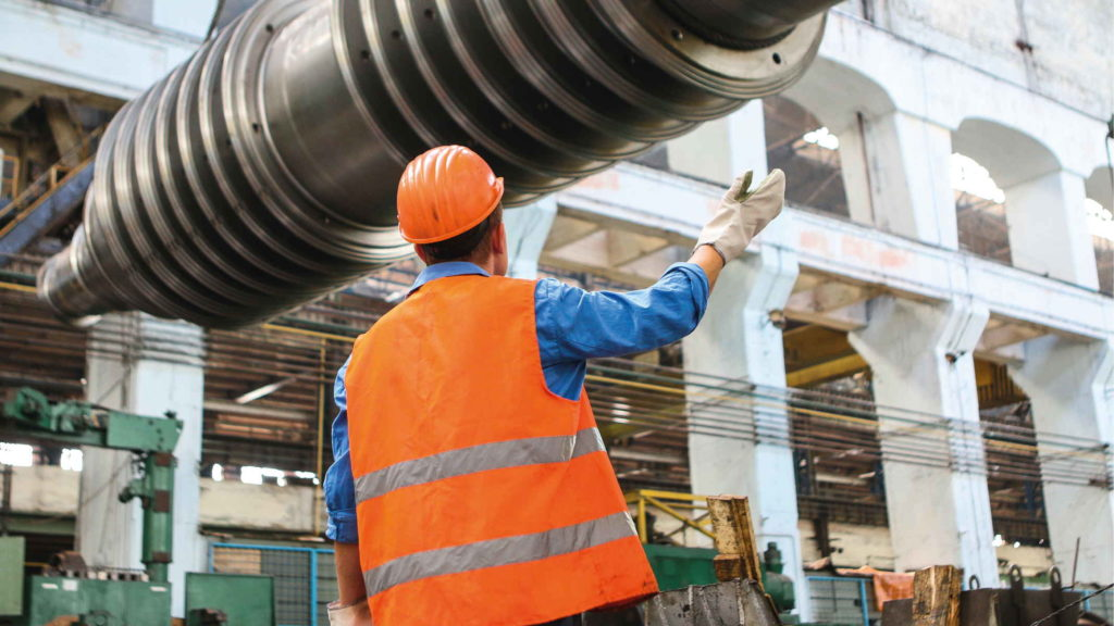 Рабочий на заводе управляет процессом
