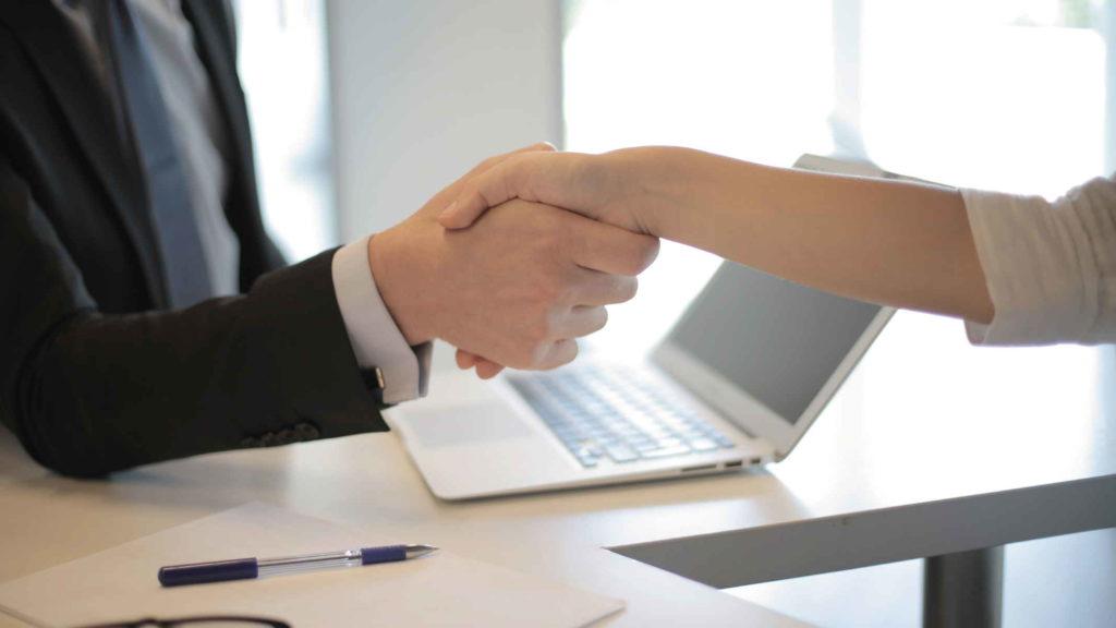 Работник и работодатель жмут друг другу руки