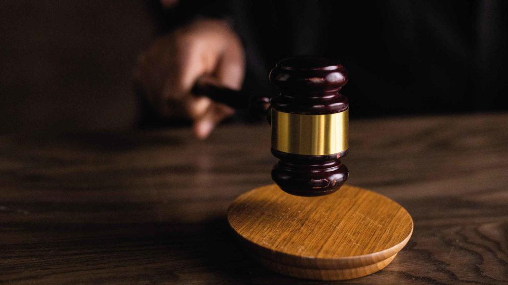 Судья бьет молотком по столу