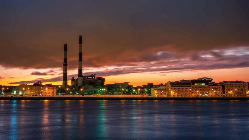 Завод на фоне заката и реки