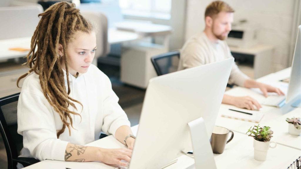 Женщина и мужчина работают в офисе