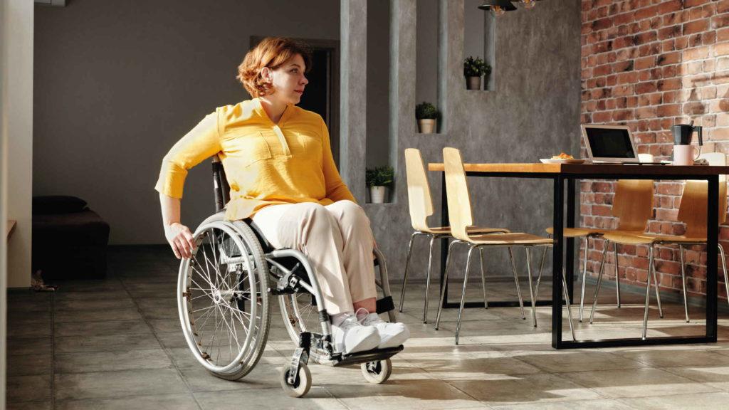 Женщина инвалид передвигается по квартире