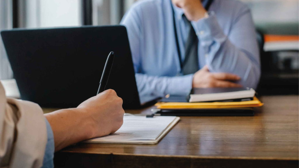 Женщина подписывает заявление на ненормированный рабочий день