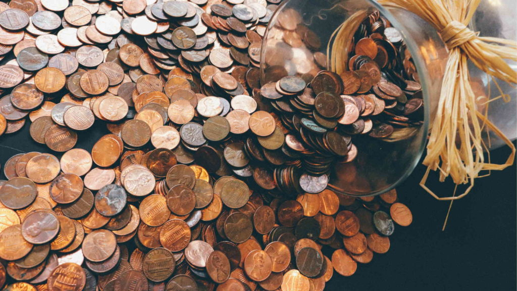 Большая копилка с монетами рассыпалась