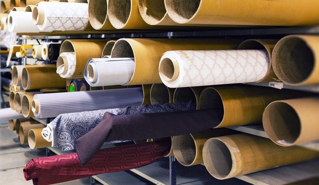 Большое количество тканей на производстве
