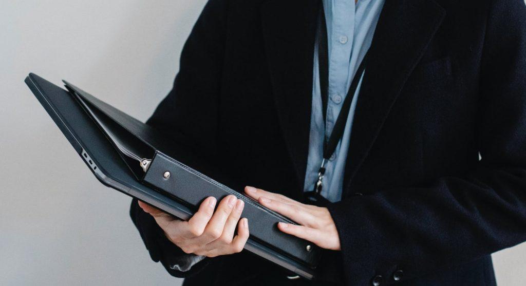 Бухгалтер держит папки с документами