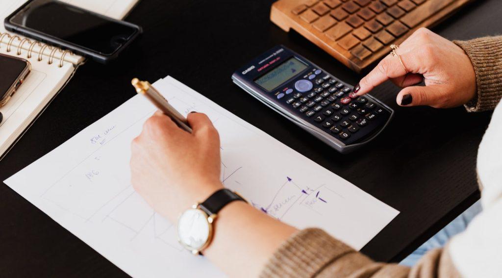 Бухгалтер считает на калькуляторе