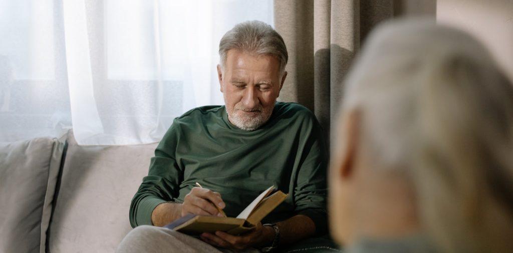Дедушка записывает показатели в книгу