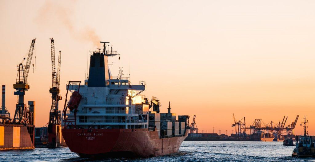 Корабль заходит в порт на закате