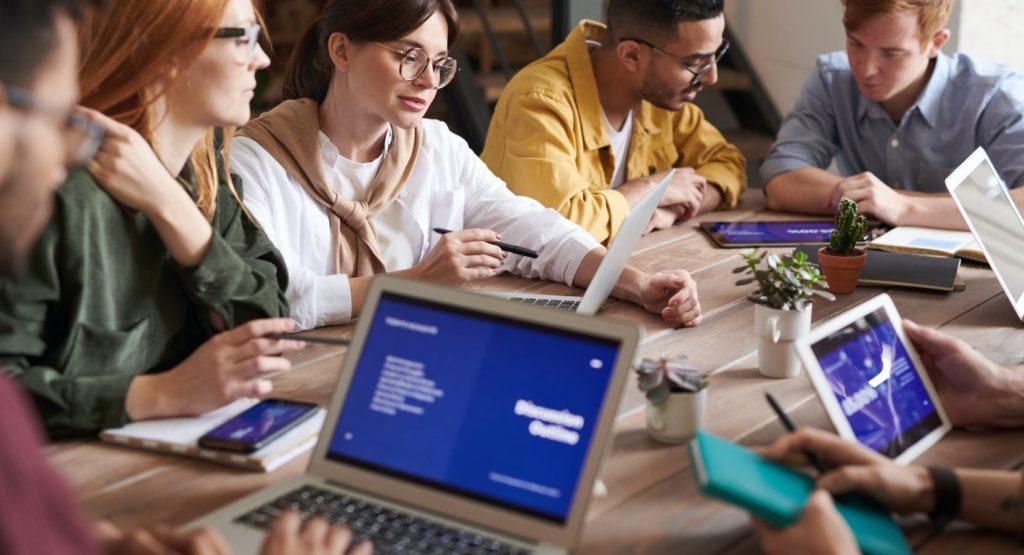Люди обсуждают бизнес и программируют