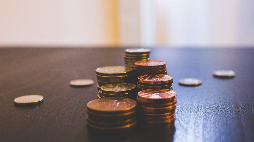 Монеты разбросаны по столу