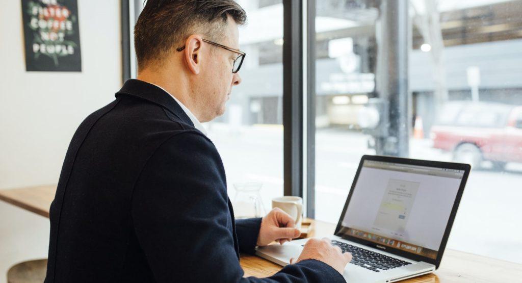 Мужчина изучает показатели своего бизнеса
