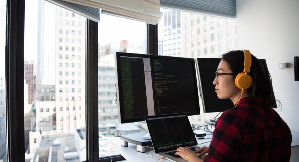 Мужчина смотрит в окно и программирует