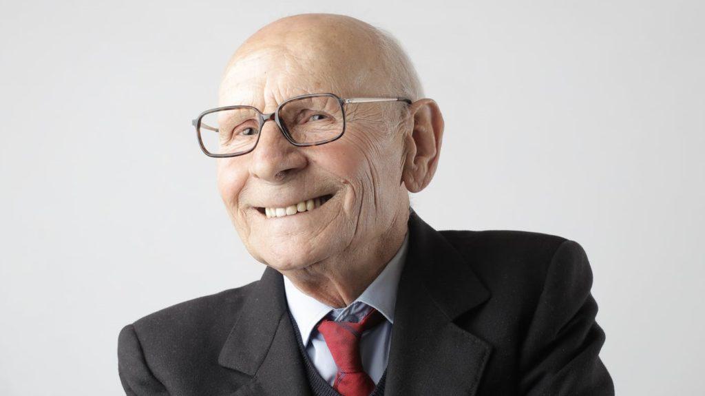 Пенсионер в очках зажал руки