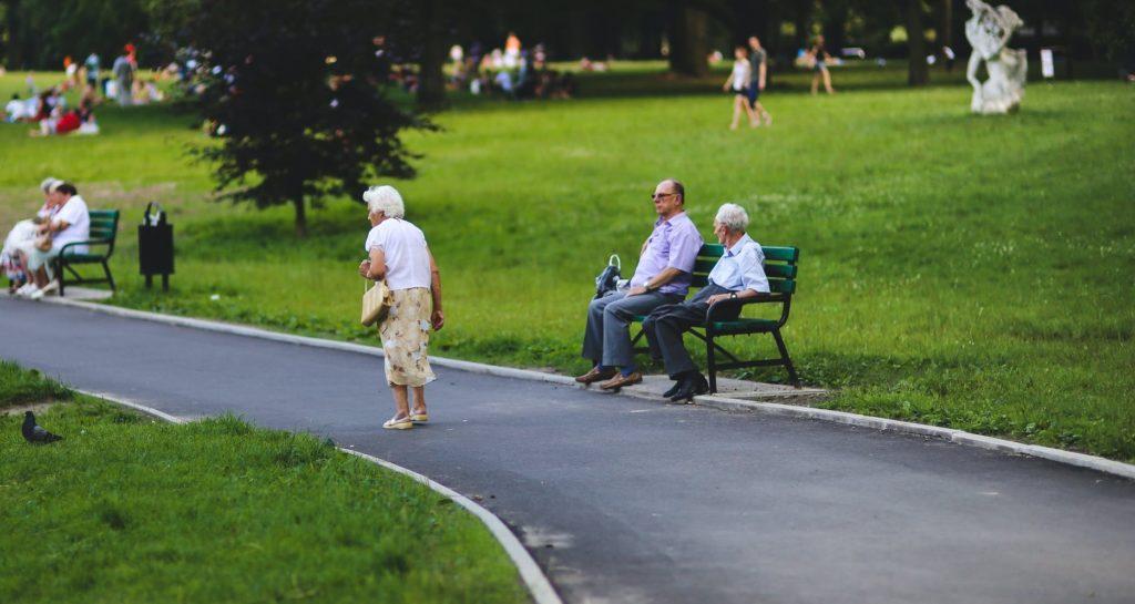 Пенсионеры гуляют в парке летом