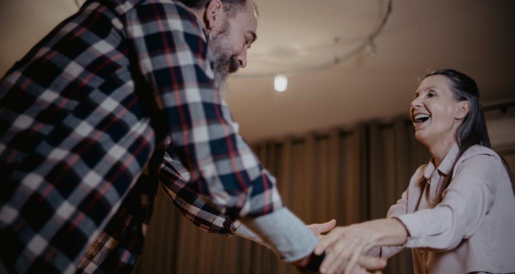 Пенсионеры танцуют в квартире