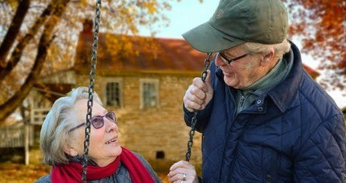 Старики смотрят друг на друга на фоне осени