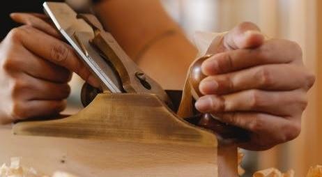 Столяр делает вещь из дерева