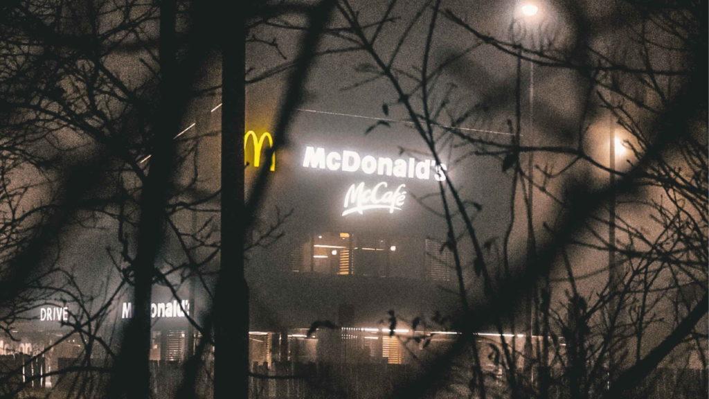 Вывеска макдональдса светится в сумерках