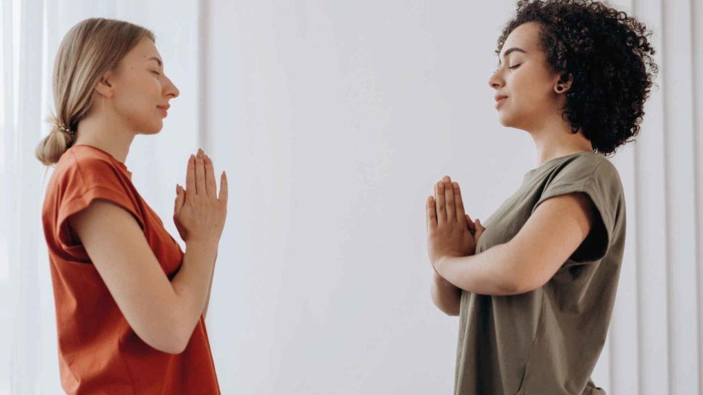 Две девушки медитируют