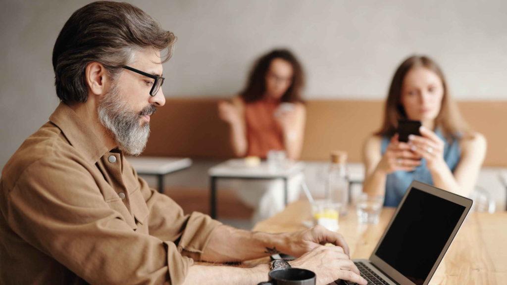 Мужчина работает за компьютером копирайтером