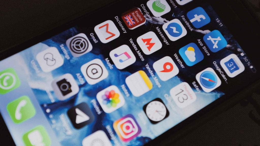 Телефон с открытыми приложениями