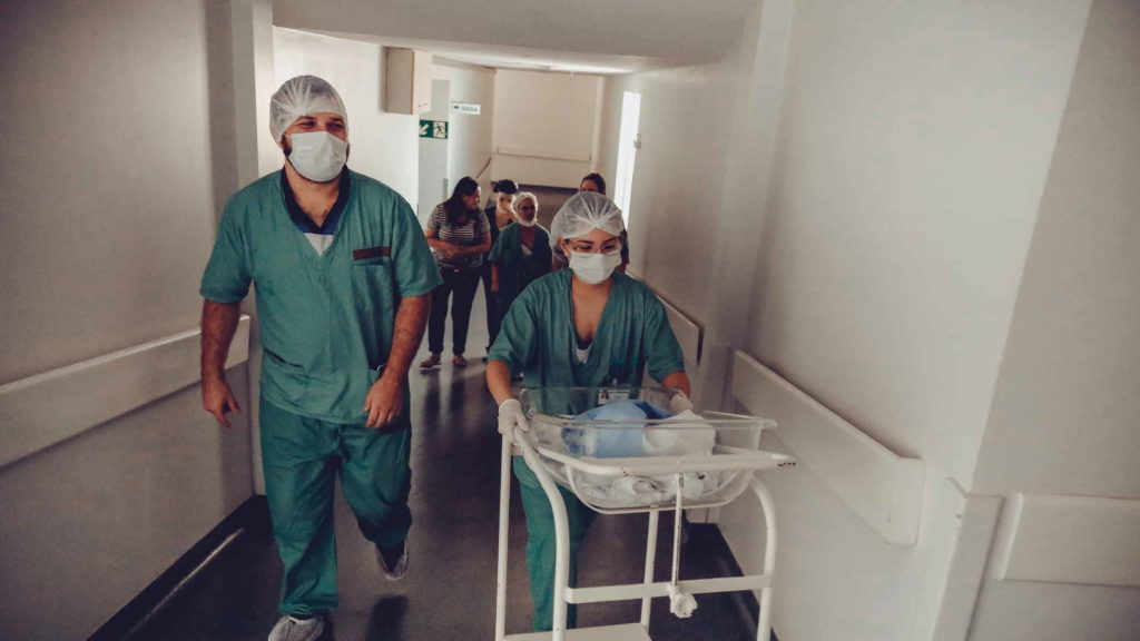 Врачи идут на операцию